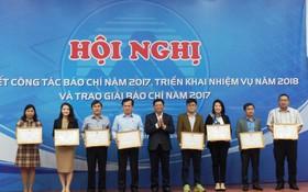 峴港市委常務副書記武功智(中)向對峴港市有貢獻的新聞工作者頒發獎狀。(圖源:黃山)