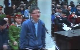 被告人鄭春清站在被告席上答法官問案。(圖源:VTC視頻截圖)