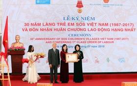 國家副主席鄧氏玉盛代表黨和國家授予越南SOS少兒收容所一等勞動勳章。