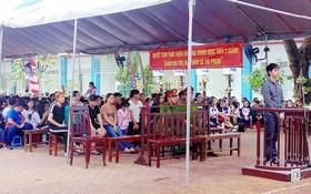 眾多學生家長與學生聆聽審判過程。