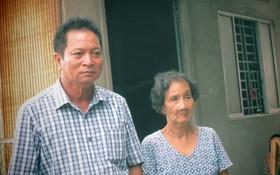 黎氏棕大娘(右)建築在由何先生(左)捐出的地皮上的房子,今後得以安居樂業,她感到很高興。