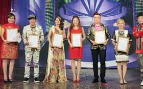 第六郡文化中化主任阮玉桂芳向歌手們頒發感謝狀。