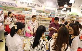 越南成為韓國第四大貿易夥伴。圖為消費者在韓國展銷攤參觀購銷參觀選購產品。(示意圖源:環球K&K貿易公司提供)
