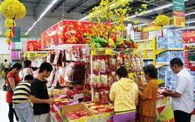 消費者在超市選購年貨。(示意圖源:互聯網)