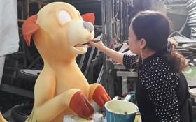 藝人正在製造吉犬塑像。