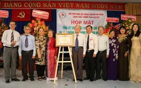 市志願醫生團全體同人和阮國平團長榮獲政府總理的獎狀。