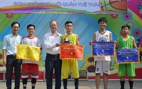 主辦方和穗城會館給優勝隊頒獎。