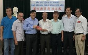 阮玉英主編(左三)接收土龍木天后宮理事會捐款。