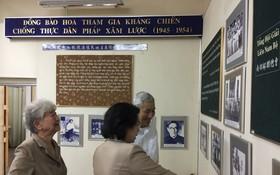 何增同志向工作團介紹華人抗戰事跡。