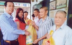 熱心廠商楊慶文和黃翠君向團員派發禮物。