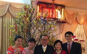 尤凱成(左三)和賴謙(右二) 與接班人向大家拜年。