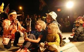 在會安古埠舉行供遊客參加的亭牌節目。