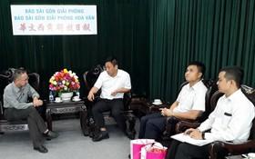 范興主任(左)接待南航駐本市代表。