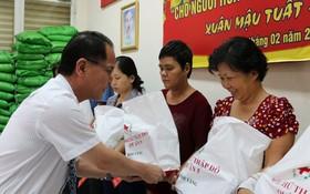 胡志明市台商會會長鄭文忠送禮給華人貧困戶。