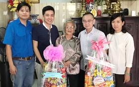 本報編委、編輯部主任范興率領的本報工會和共青團昨(7)日前往向華人越南英雄母親顏氏喜祝賀新年。