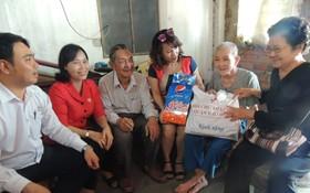 守德郡紅十字會主席鄧陳源草(左二)與熱心人士探望94高齡孤寡老人阮氏儒(右二)。