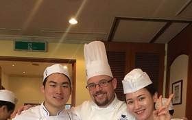 符國焌(左)和朴智善(右)與韓國藍帶國際 學院的烘焙師合影。