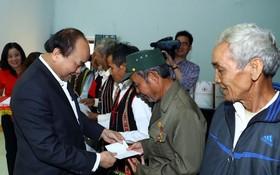 阮春福總理向少數民族同胞贈送禮物。(圖源:統一)