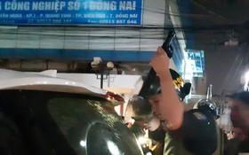 警察檢查來自本市黑社會團伙汽車