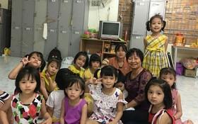 華人商販應氏蓮(後排右二)與孤兒們合照。
