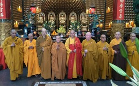 越南佛教會主席上善下仁和尚(左四) 光臨市華人佛教新春團拜。