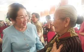 市委副書記武氏蓉(左)向原女政治犯問候和祝福。