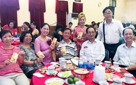 陳耀枝主任(右一)與各文藝工作者歡度新年。