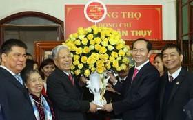 國家主席陳大光向鄧軍瑞中將賀壽。