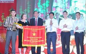 由華人企業家楊文德主理的萬成乳膠床墊責任有限公司榮獲政府總理競賽錦旗。