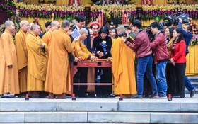國家副主席鄧氏玉盛與各代表進行開印儀式。(圖源:南陳)