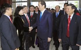 國家主席陳大光向白梅醫院醫生致以節日祝賀。(圖源:顏創)