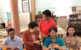董事長陳金泉派發新春紅包給老師們。