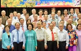 市領導與各民族代表合照。(圖源:市黨部新聞網)