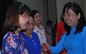市婦聯會副主席杜氏珍向模範婦女幹部派發紅包。