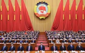 3月3日,中國人民政治協商會議第十三屆全國委員會第一次會議在北京人民大會堂開幕。這是習近平、李克強、張德江、俞正聲、張高麗、栗戰書、王滬寧、趙樂際、韓正在主席台就座。(圖源:新華網)