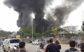 遠處的鞋廠大火濃煙直衝天際。(圖源:Ella陳)