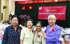 馮大娘(左二)與李金梅、余惠蓮在戊申之春總進攻與起義50週年紀念活動上歡聚一堂。