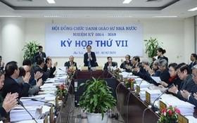 國家教授職稱委員會所召開的會議。(圖源:HĐCDGSNN)