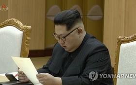 朝鮮央視3月6日公開了金正恩會見韓國總統特使團的現場視頻。圖為金正恩閱讀文在寅親筆信。(圖源:韓聯社)