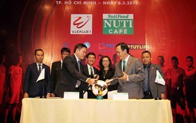 越南專業足球股份公司(VPF)昨(6)日在本市公佈了2018年越南國家足球甲級聯賽-V.League主要贊助商。(圖源:獨立)
