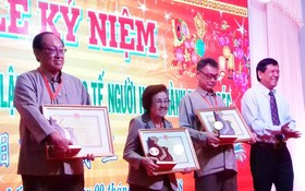 市祖國陣線委員會副主席葉文三向該會及個人頒發了市委的表彰狀。