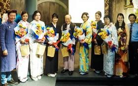 """越日兩國藝人在""""越南長衫和日本小花布""""文化交流活動中合影留念。"""