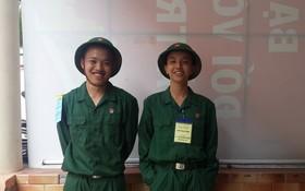 劉冠麟與黃輝在入伍儀式上合照。
