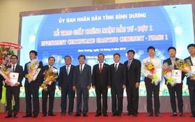 平陽省領導人同獲簽發投資執照的企業合照。