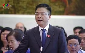 司法部長黎成隆在會議上答詢。