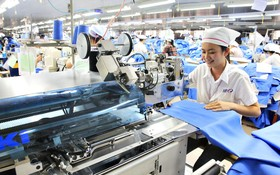 現代紡織機械投入生產中。