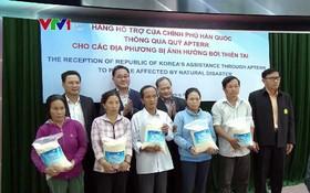 廣南省災區災民領取韓國政府援助的大米。(圖源:VTV視頻截圖)