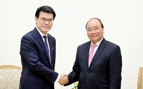 政府總理阮春福接見香港商務與經濟發展局長邱騰華。(圖源:VOV)