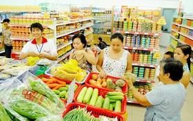 消費者在某便利店購物一隅。