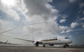 新加坡航空波音787-10客機飛抵新加坡,並接受水門歡迎儀式。(圖源:互聯網)